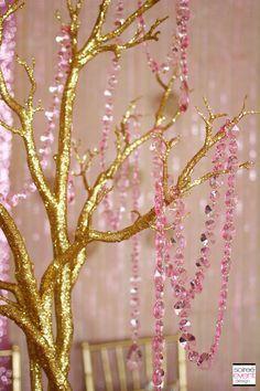 Galhos dourados com cristais rosa para decoração de festa aniversário chá | Rosa e dourado | Blush & Dourado