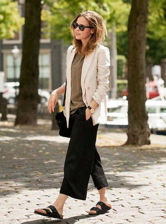 Street Style. Pantalona preta, camiseta, blazer off white e birkenstock preta.