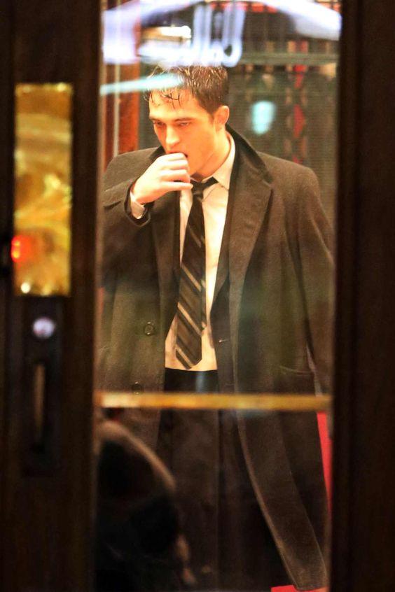 Para começar o dia bem, a gente tem uma boooa quantidade de fotos de Robert Pattinson gravando cenas de Life, ontem (06). O nosso amado galã aparece molhadinho e sexy nas fotos. Preparem o coração!