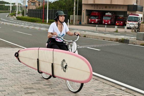 自転車の横にサーフボードの固定具を付…