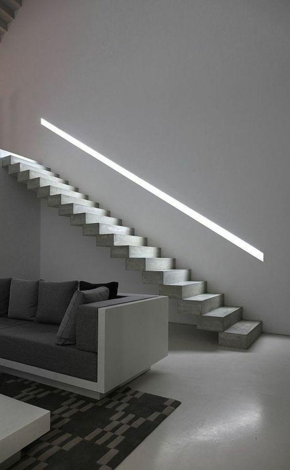 intérieur-minimaliste-escalier-droit-sans-rembarde-sofa-gris-à-lignes-épurées