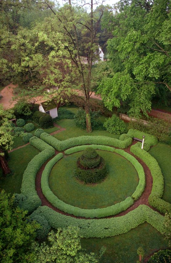 Gardens of colonial virginia gardens beautiful and circles for Colonial landscape design