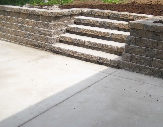 Retaining wall by Custom Hardscapes