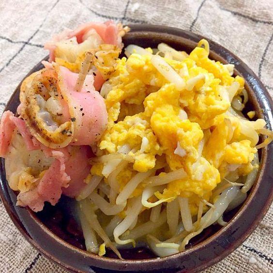 シャッキリもやしと、味覇味の卵の炒めものです。  帆立は蒸し帆立です。ベーコン巻いて、黒胡椒かけて、電子レンジで! - 79件のもぐもぐ - もやし卵の味覇炒めand帆立ベーコンでおつまみ。 by atytutkt