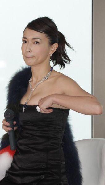 黒いファーをつけた長谷川京子