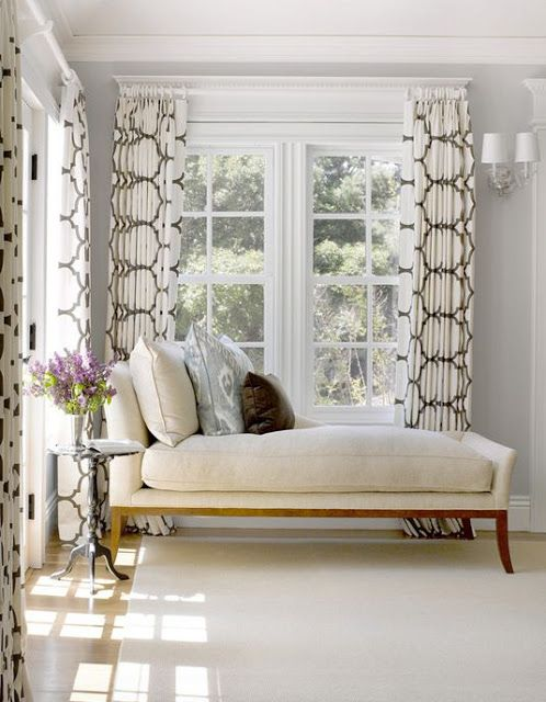 Chaise lounge under window white and dark taupe decor for Bay window chaise lounge