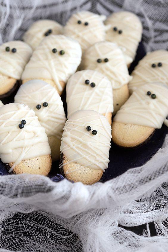 Easy Mummy Milanos - a super quick and fun Halloween treat #recipe #ghost #halloween