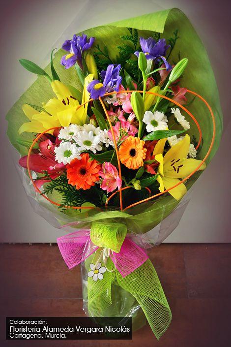 Espectacular y muy colorido ramo de flores y nuestras - Como hacer un ramo de flores artificiales ...