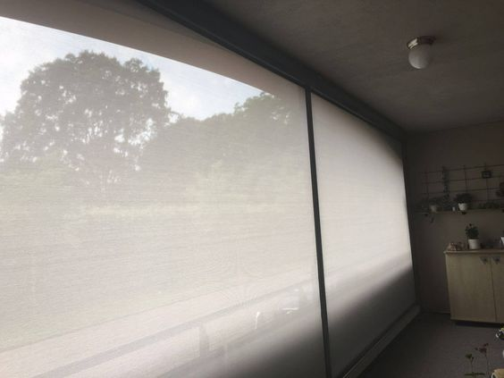Ritsscreen geplaatst op een balkon. #ritsscreen #screen #zipscreen #schijnel #swelacollectie #screenopbalkon #jvszonwering #swela #wittedoek #scherp #screendiscount #screenmetfolie #zipscreenmetzichtvenster