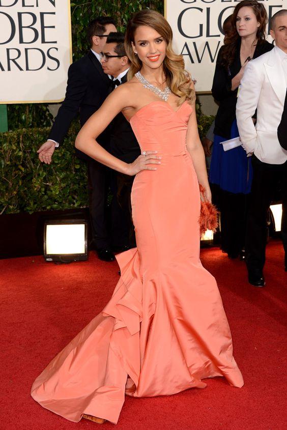 Jessica Alba en los Globos de Oro 2013: Vestido color melocotón de Oscar de la Renta.