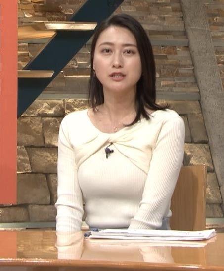 胸が強調されている白い衣装を着た小川彩佳のセクシーな画像