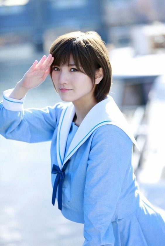 水色セーラー服の岡田奈々