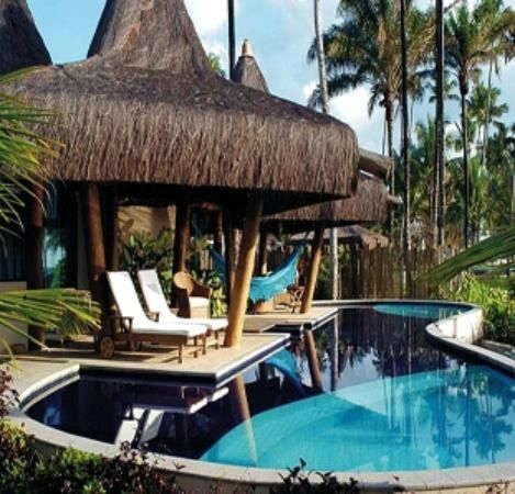 Kiaroa Eco-Luxury Resort: Piscina e restaurante ao fundo.