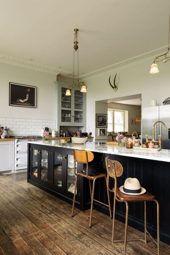 Unforgettable modern country kitchen with vintage style - Pearl Lowe's Classic Kitchen by deVOL has so many charming details and artful moments! #deVOL #farmhousestyle #rusticdecor