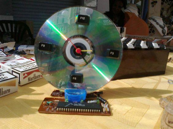 orologio realizzato con CD e altri pezzi di tastiera...