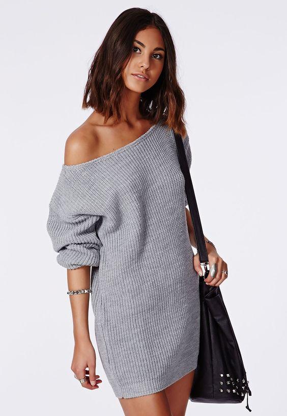 On a déjà hâte de s'offrir tout plein de tricots pour l'automne-hiver et cette robe en mailles nous semble assez indispensable. Avec son encolure dégagée et sa coupe légèrement oversize, on ne fait pas plus confortable. Sa superbe te...