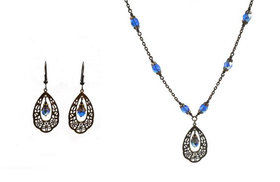 Parure réalisée pour une commande personnalisée: Boucles d'oreilles composées d'une estampe bronze, et d'une facette de bohème bleu roi agrémentée d'une calotte bronze. Elle…