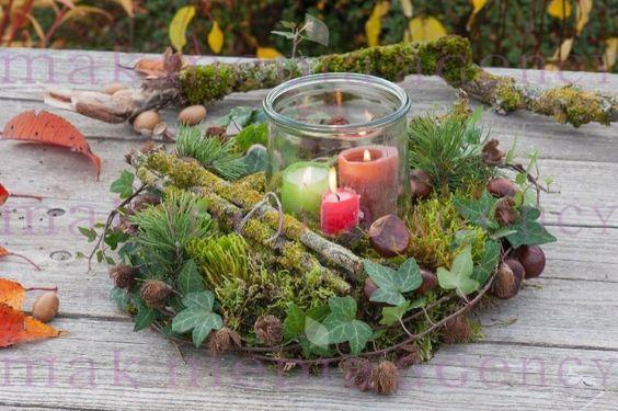 Herbstdeko: Waldkranz aus Moos, Zweigen, Hedera ( Efeu ), Pinus ( Kiefer ), Aesculus ( Kastanien ) und Fagus ( Bucheckern-Huellen ), Einmachglas als Windlicht in der Mitte