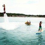 Flyboard: un deporte extremo que puedes disfrutar en las playas que rodean nuestro resort