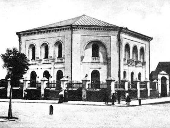 С приходом советской власти использование синагоги, как культового здания, прекратилось. Здание перестроили. Сейчас здесь размещается...