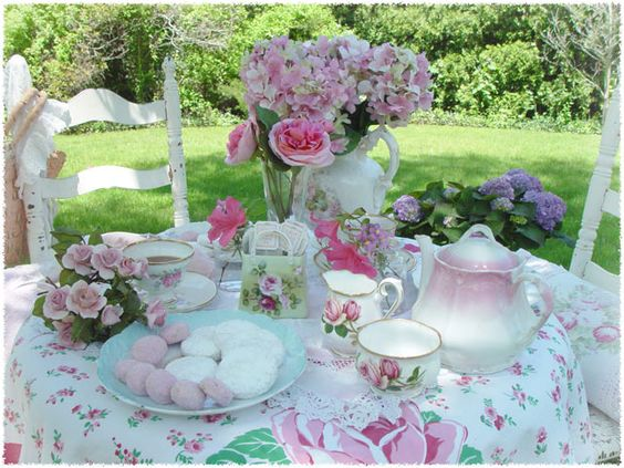 Top 10 Tea Pots and Other Tea Party Accessories  By Donna Pilato