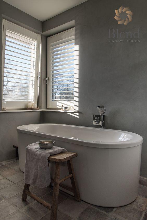 Deze witte shutters van Blend Window Fashion zijn speciaal gemaakt voor draaikiepramen. Zo kan het raam nog kiepen en kantelen en is het toch luxe afgewerkt. Met shutters kun je mooie lichtinval creëren. #inhuisplaza #shutter #blendwindowfashion #draaikiepraam