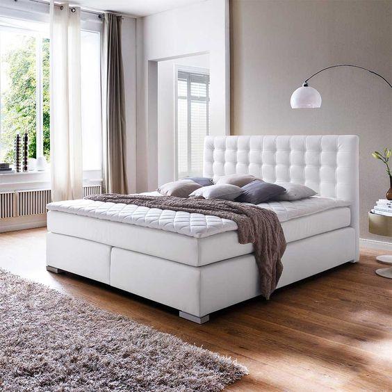 ein amerikanisches bett in wei aus kunstleder auf. Black Bedroom Furniture Sets. Home Design Ideas