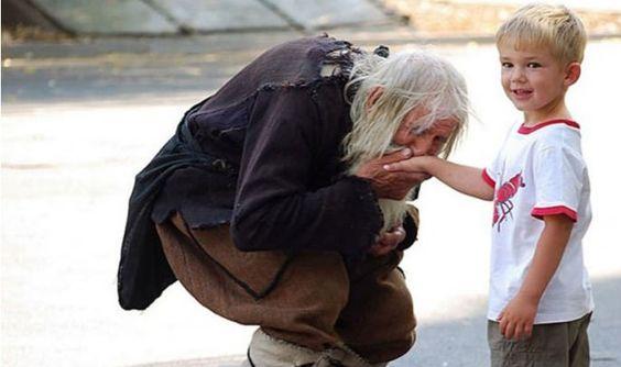 Vous voyez ce vieillard qui mendie ? Quand vous verrez ce qu'il fait en réalité, vous ne l'oublierez jamais... Et c'est pour cela qu'il est fabuleux.