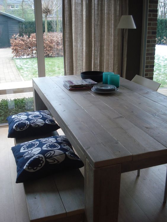 Tisch aus Bauholz mit Blockbeinen