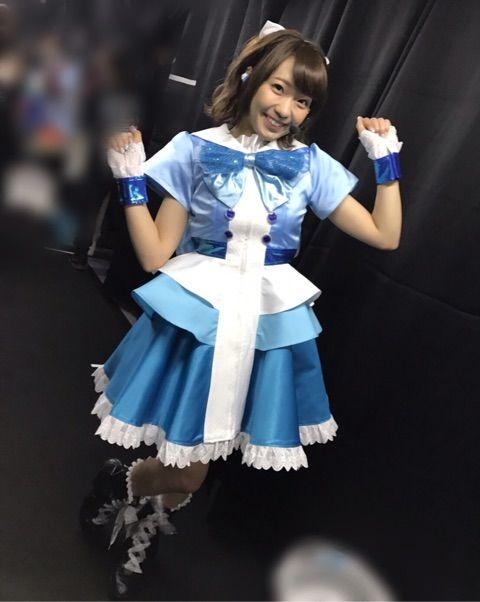 青いライブ衣装を着た斉藤朱夏