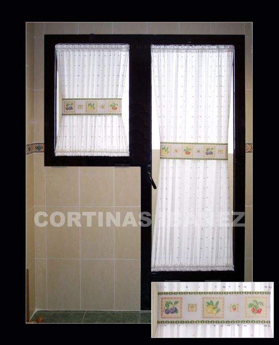 Cortina de cocina en visillo bordado instalada y for Cortinas visillo modernas