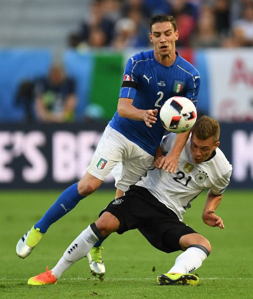 Italy's defender Mattia De Sciglio (L) vies wirh Germany's midfielder Joshua Kimmich during the Euro 2016 quarter-final football match between Germany and Italy at the Matmut Atlantique stadium in Bordeaux on July 2, 2016.. / AFP / PATRIK STOLLARZ