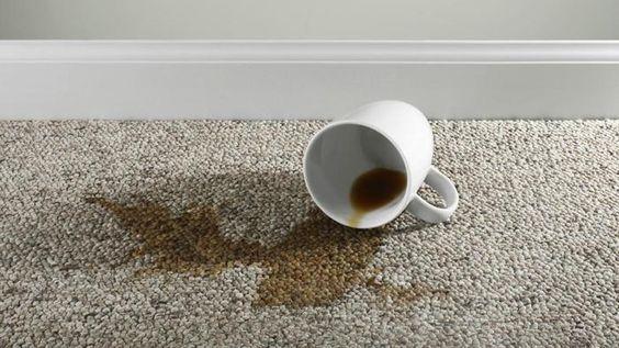 Eliminati petele de cafea din covoare!