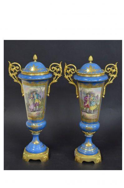 Par de vasos de porcelana francesa de Sévres, decorados em reserva com cena de galanteio e paisagem