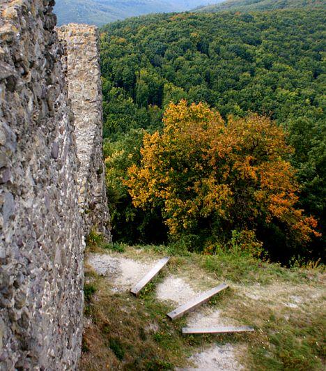 Drégely vára a Börzsöny északi részén, egy 444 méter magas hegycsúcson áll. Nyáron zöldellő erdők veszik körül, melyek ősszel gyönyörű aranyszínekre váltanak. A vár meglátogatásával igazi időutazást tehetsz, hozzá kötődik ugyanis a híres Szondi György története.