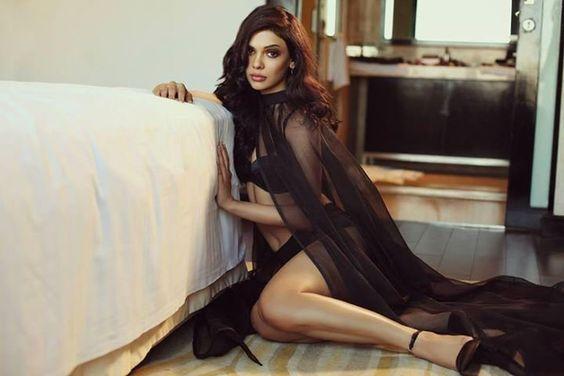 15 Hot and Sizzling Pics of Pakistani Actress Sara Loren