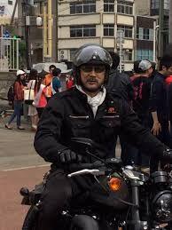 黒色バイクに乗る大塚明夫