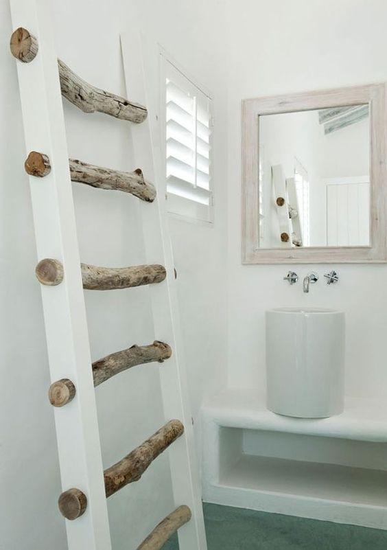 Aus dicken Ästen und zwei weißen Holzlatten wird eine dekorative & praktische Handtuchleiter im #Badezimmer