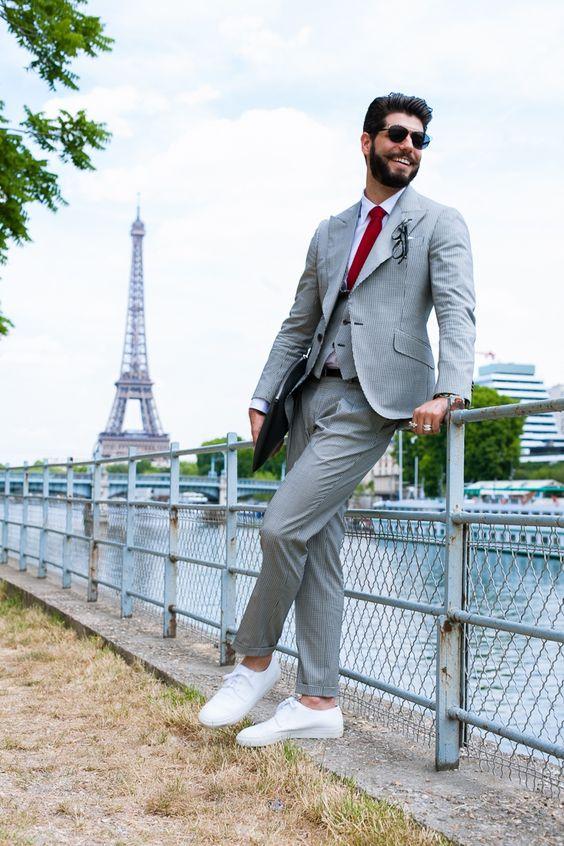 Look com terno Tombolini e tênis branco Cos para a Paris Men's Fashion