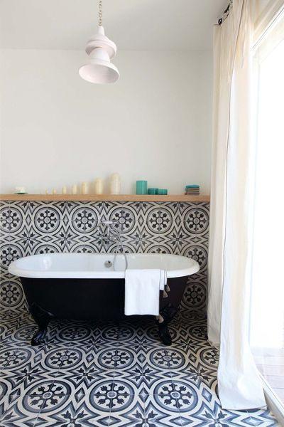Salle de bains vintage avec baignoire ancienne et carreaux de ciment. Plus de photos sur Côté Maison http://petitlien.fr/7rj8
