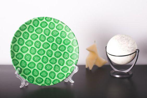 Plato de cerámica decorativo. Motivo hojas.  Hecho a mano