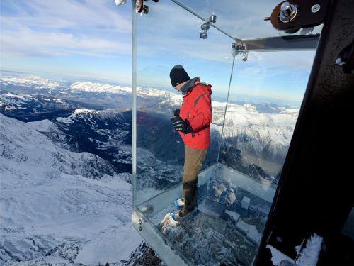 Disfruta de la caja de cristal suspendida sobre Alpes franceses.