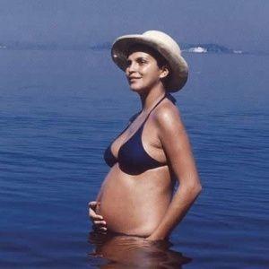 15.ago.1971 - A atriz Leila Diniz (1945-1972) escandalizou o Brasil ao exibir sua gravidez de biquíni, na ilha de Paquetá, no Rio de Janeiro. Leila, que é considerada um dos ícones da resistência à ditadura militar, morreu em um desastre aéreo