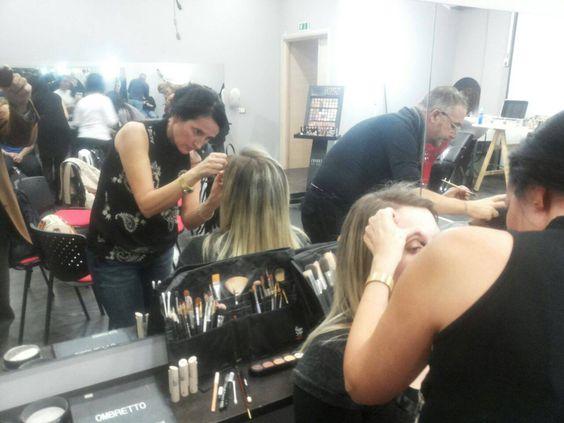 Corso professionale di Trucco Palermo  Secondo giorno, professionisti ed allievi all'opera. #makeup #estetista #palermo #phs