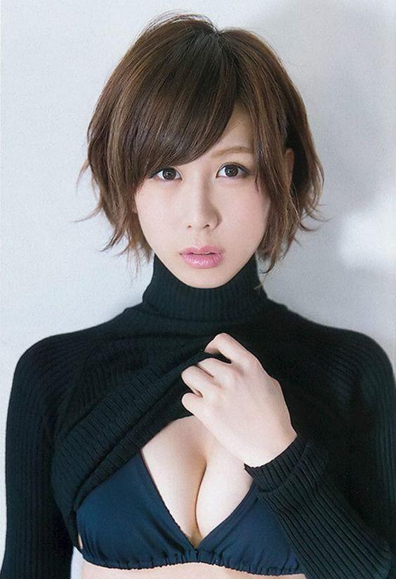 黒いビキニを着たハイネックをめくっている大家志津香の画像