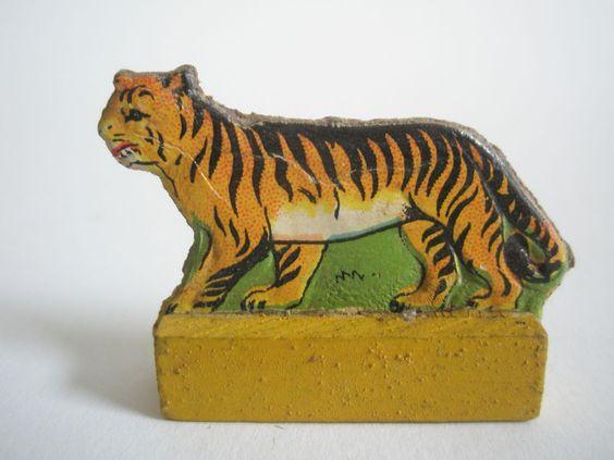 Dresdner Pappe Presspappe geprägte Pappe beidseitig Katze Tiger alt a8