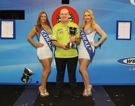 Michael van Gerwen wordt na zijn triomftocht in Minehead omringd door de walk-on-girls.