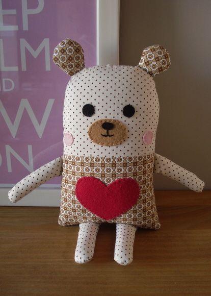 Naninha urso confeccionada em tricoline, não apresenta riscos ao bebê, pois todos os seus detalhes de rostinho são em feltro e bordado. Possui 18 cm de altura e 12 de largura, sem contar braços, pernas e orelhas. R$ 35,00: