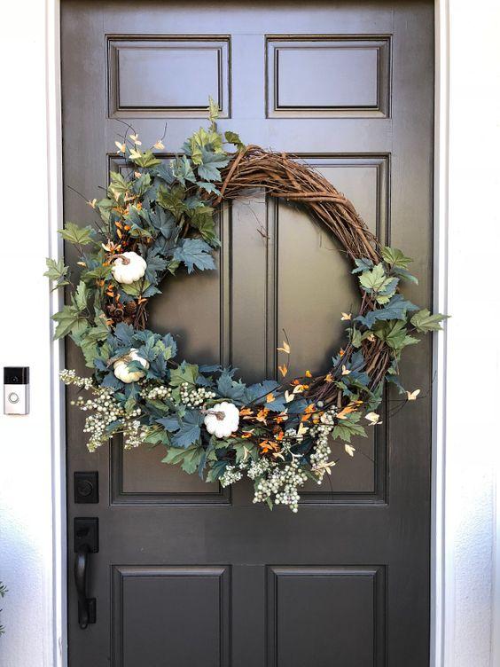 podzimní věnec na dveřích