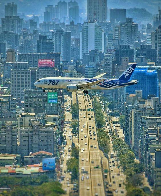 大都市を飛ぶ飛行機